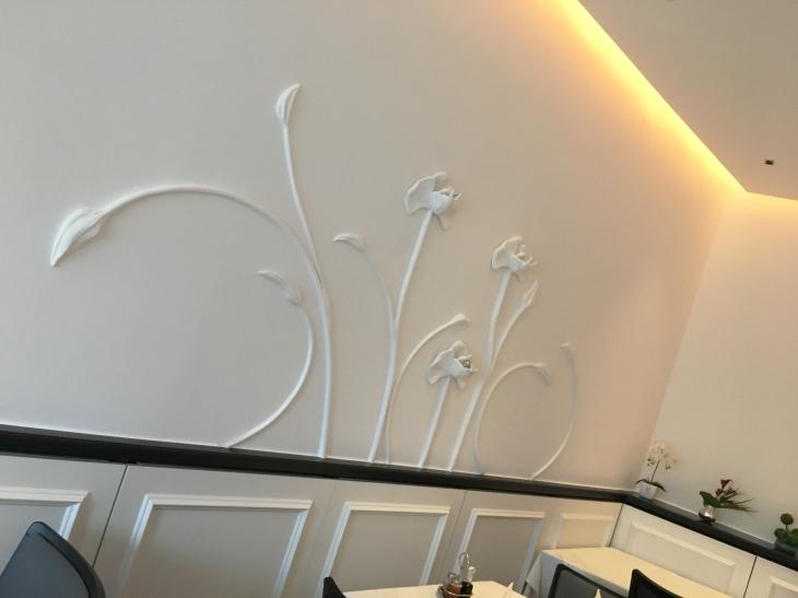 Reliefwand mit Lichtinstallation - Wandorenament